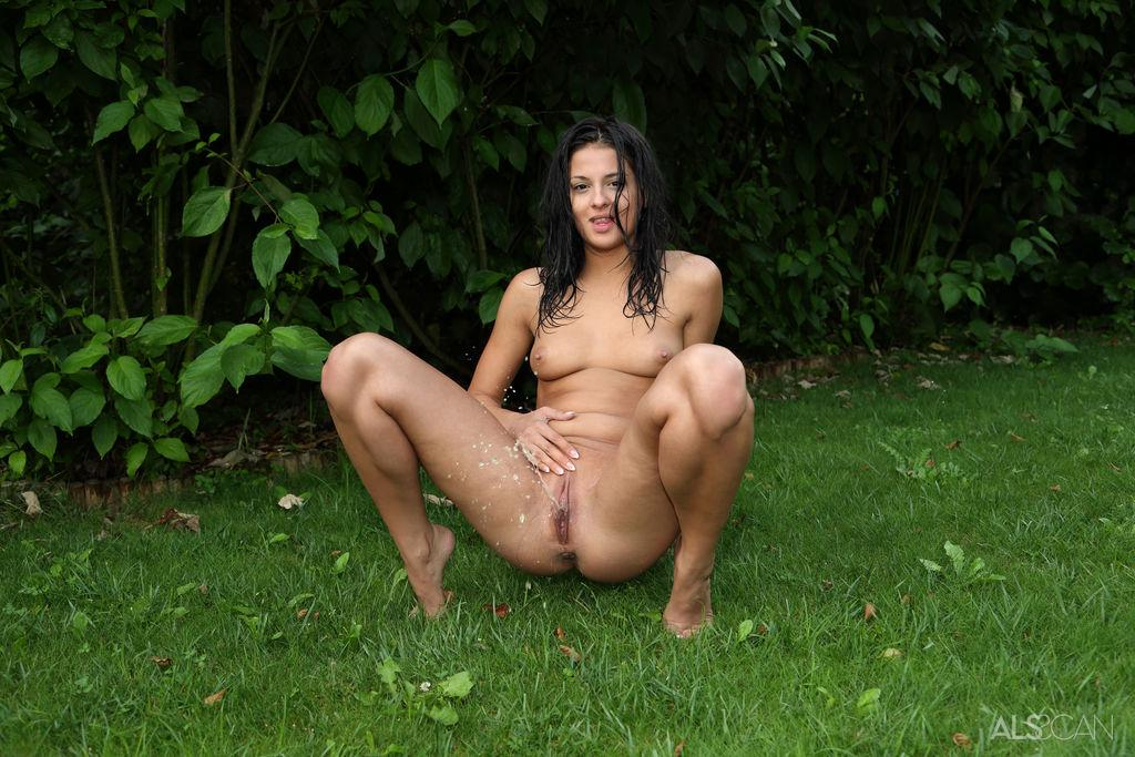 message-from-amanda-crew-pissing-pics-porn